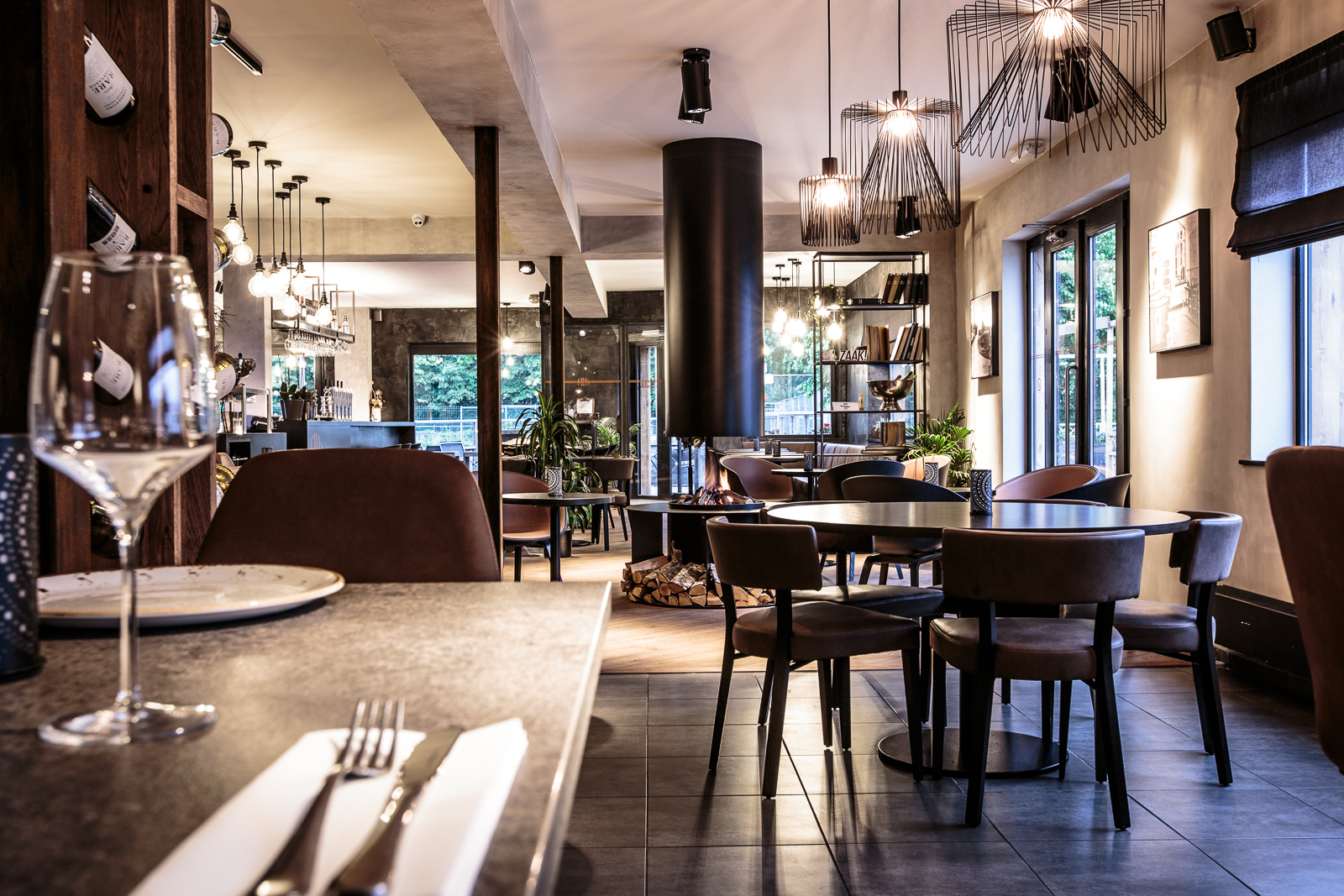 F2B is a restaurant renovation project. Nachtraven created the interior, branding and interior photography for this Wommelgem based bistro.